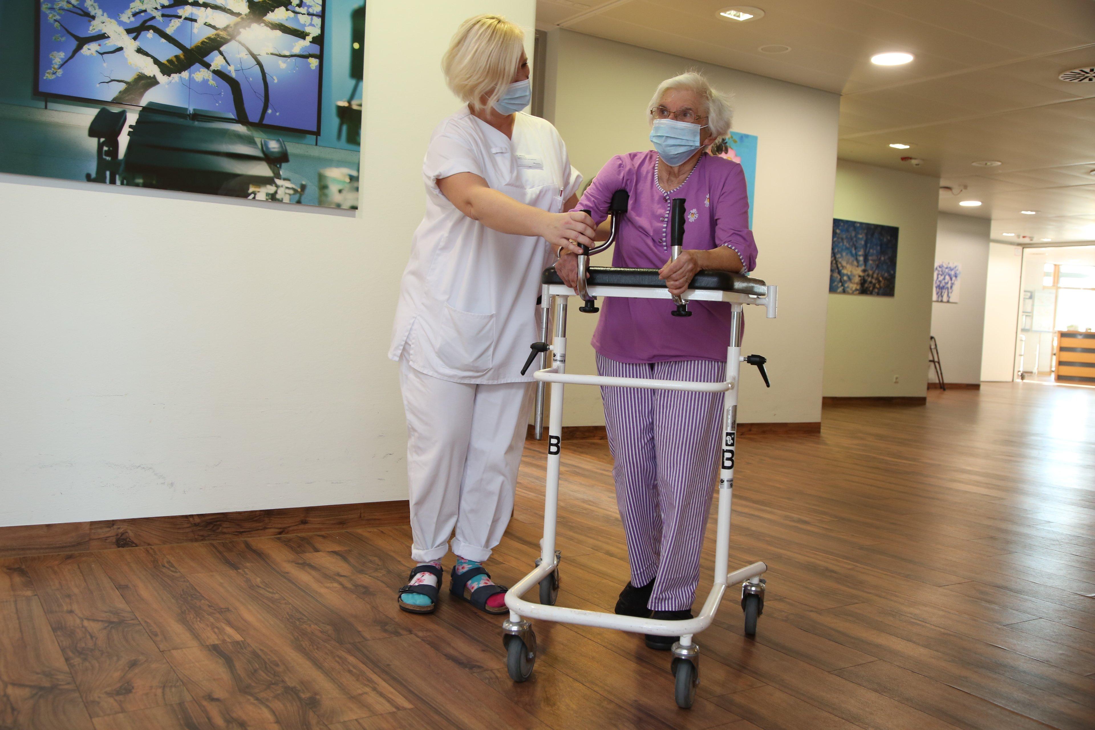90-jährige Patientin nach Sturz in BG Klinik Ludwigshafen mit Therapeutin